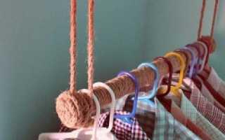 Самодельная вешалка с плечиками для одежды